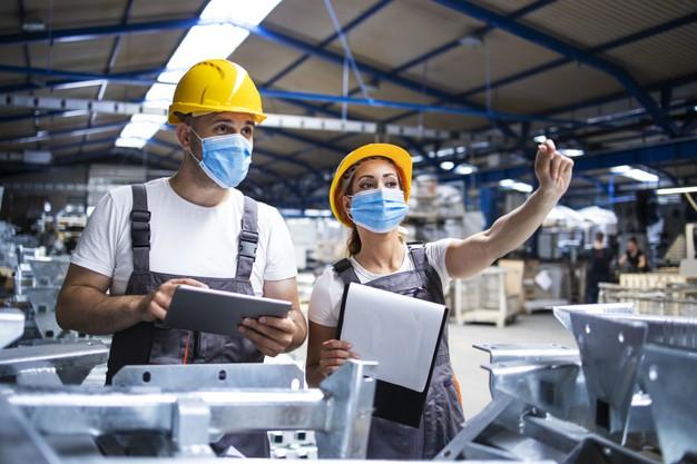 trabajadores fabrica mascarillas protegidas contra virus corona haciendo control calidad produccion fabrica 342744 96